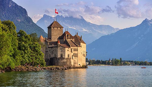 O caminho convidativo o leva até ao Castelo de Chillon. As instalações do Castelo são compostas por 25 edifícios e três fazendas que estão protegidos por duas fortificações / GB Imagem