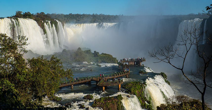 Também no Paraná, Foz do Iguaçu é a sede de uma das novas sete maravilhas da natureza - as Cataratas do Iguaçu / GB Imagem