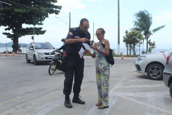 Guardas distribuem cópia do Decreto Municipal a população