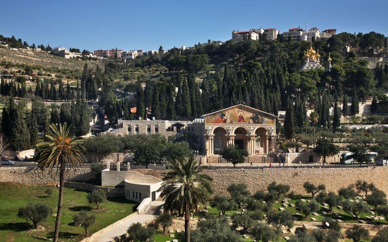 O Monte das Oliveiras, com a Igreja de Todas as Nações em primeiro plano, cenário dos últimos dias da vida terrena de Jesus / GB Imagem