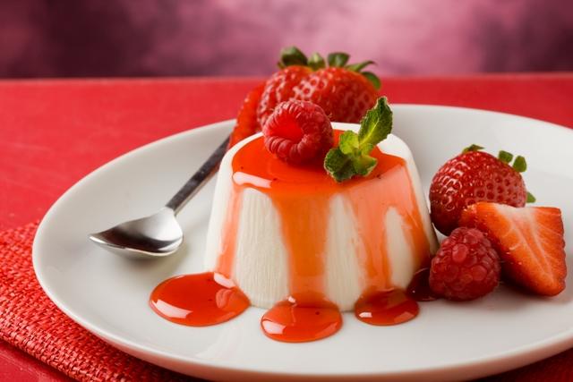 Pudim de Queijo Cottage fica delicioso servido com calda de frutas / GB Imagem