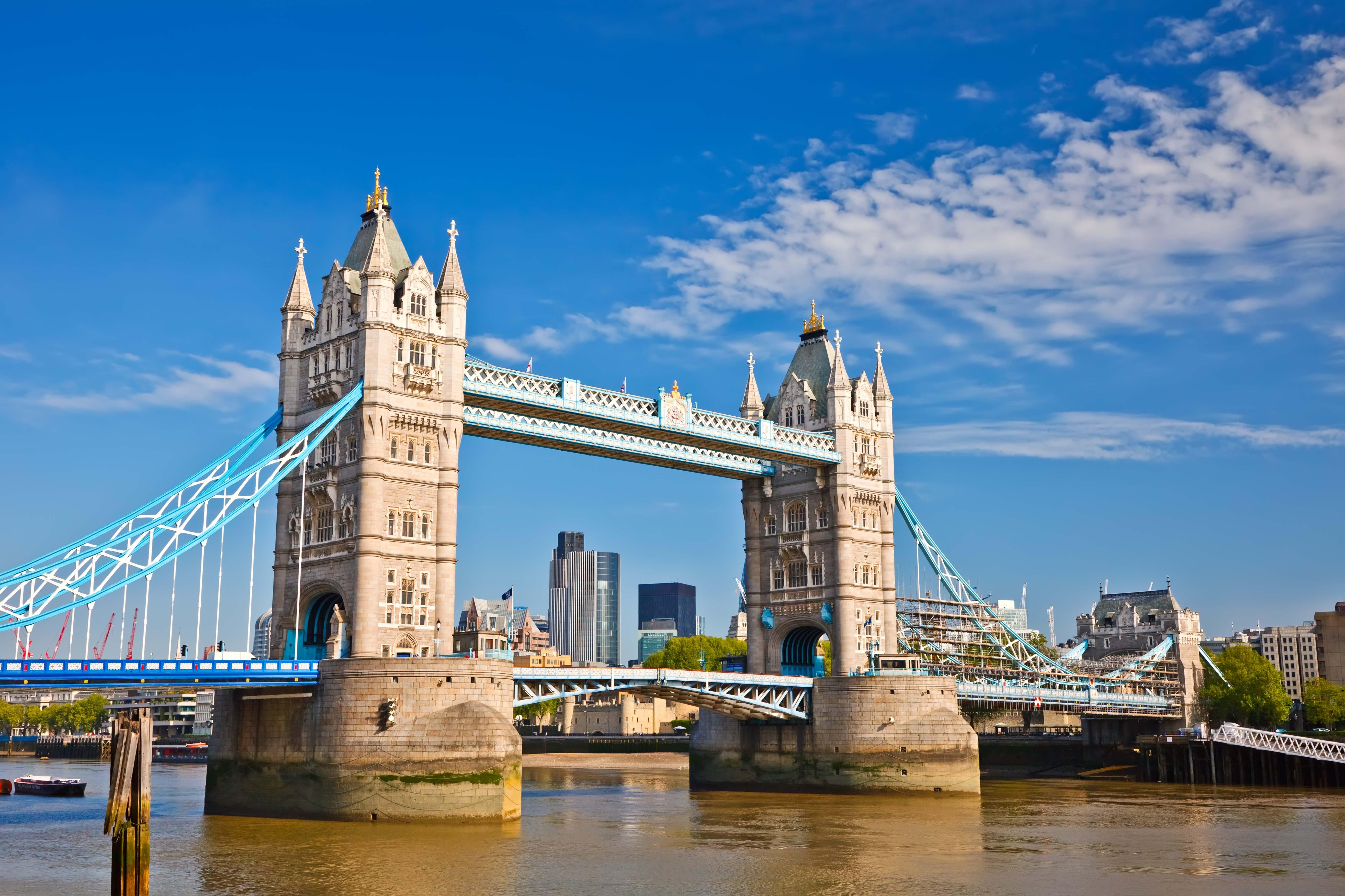 A Tower Bridge construída sobre Rio Tâmisa, inaugurada em 1894, é também um dos pontos turísticos mais visitados da cidade, além de ser conhecida como uma das pontes mais famosas do mundo. / GB Imagem