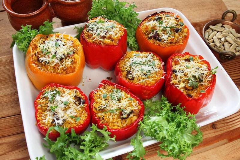 Pimentão Recheado com Arroz e Linguiça pode ser servido acompanhado de salada feita com mix de folhas verdes / Arquivo GB Imagem