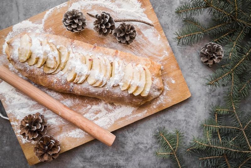 A maçã é uma fruta popular, mas ganha ares de nobreza quando vira recheio de Rolo de Maçã, uma deliciosa opção para um festivo café de Natal / GB Imagem