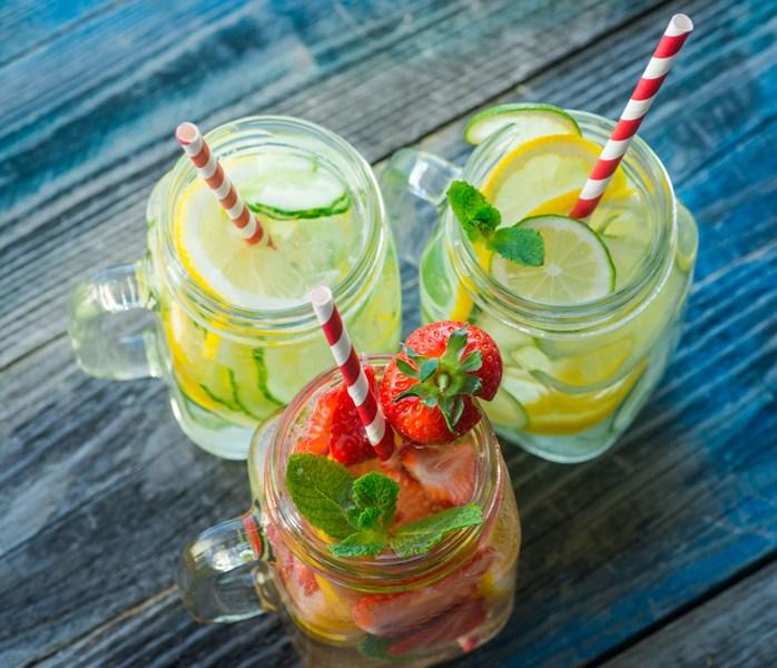 Para festejar a chegada de 2021, brinde os amigos com bebidinhas feitas por você mesmo, ou então disponha as taças e os ingredientes e deixe todos à vontade para prepararem os drinks a gosto