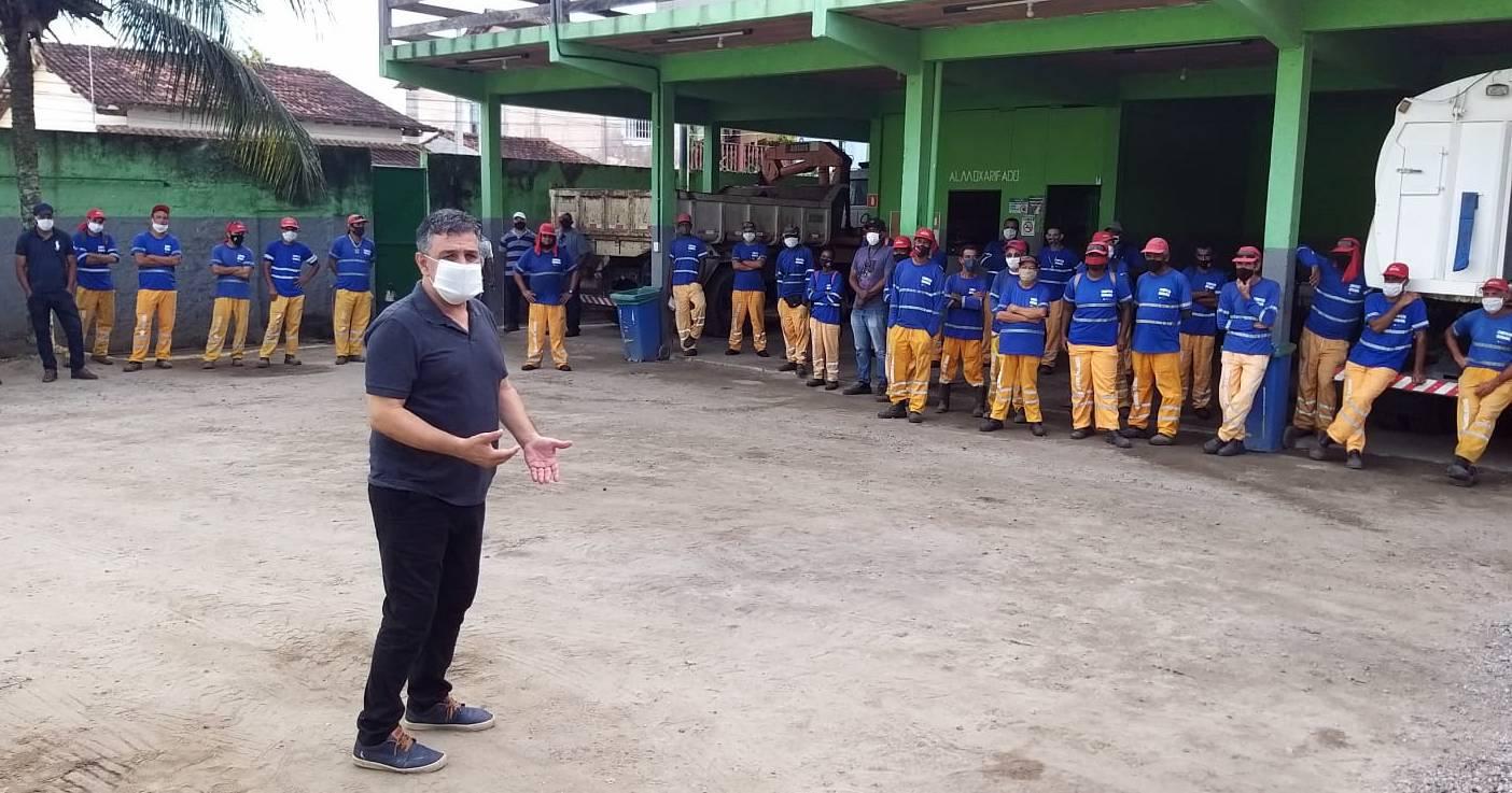 Ramon se reúne com funcionários da limpeza urbana em Barra de São João - Foto: Divulgação