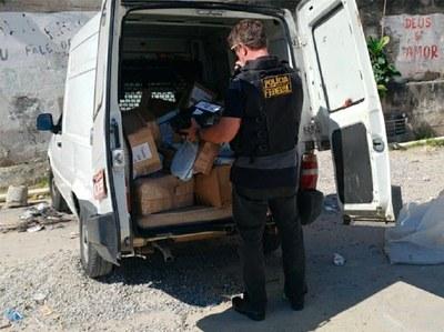 Fiorino branca dos criminosos com carga roubada (Foto: Autos/MPF)