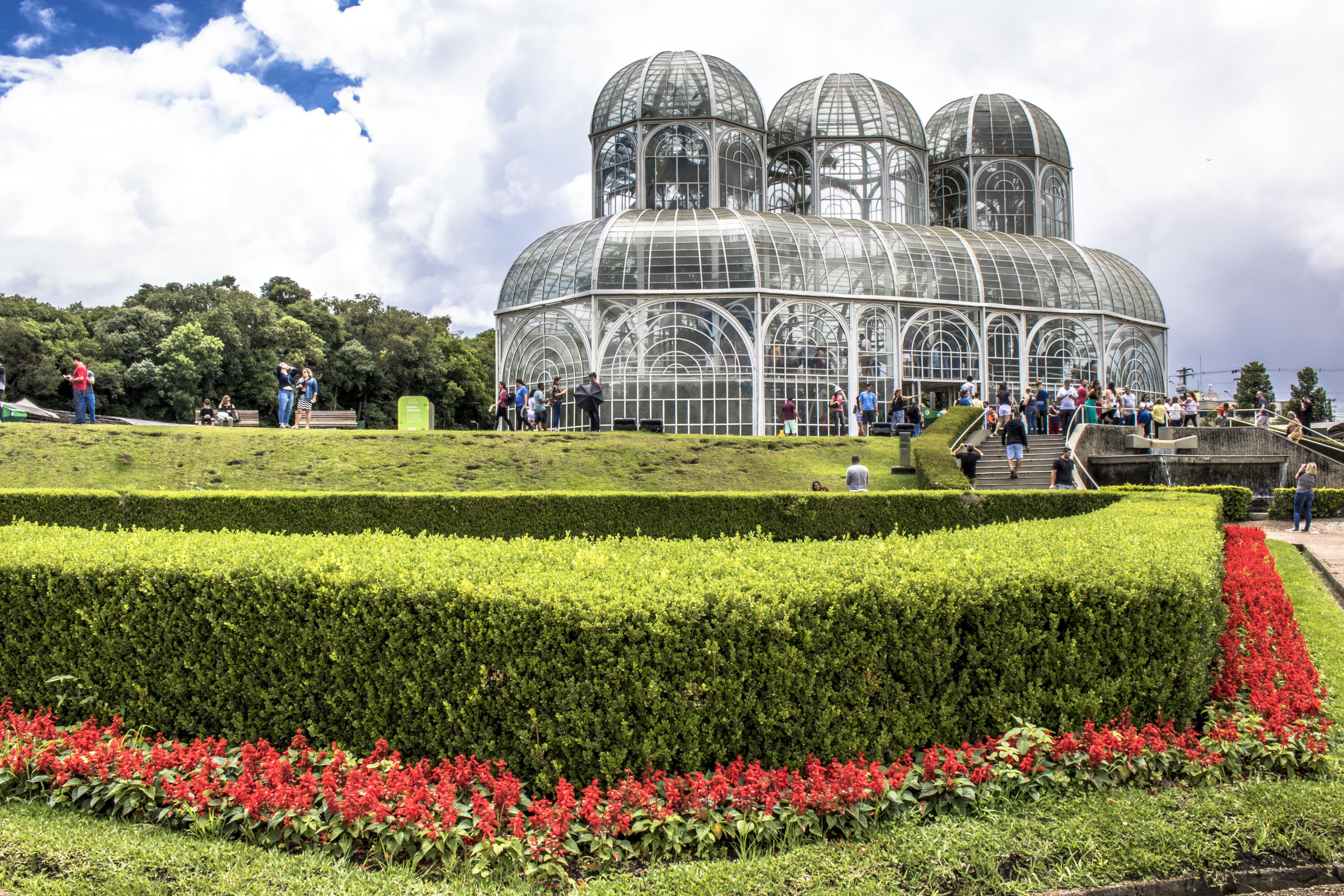 Os diversos parques, museus e praças de Curitiba costumam chamar atenção de quem procura espairecer, se divertir e tomar um banho de cultura. Uma boa opção é conhecer o Jardim Botânico / GB Imagem