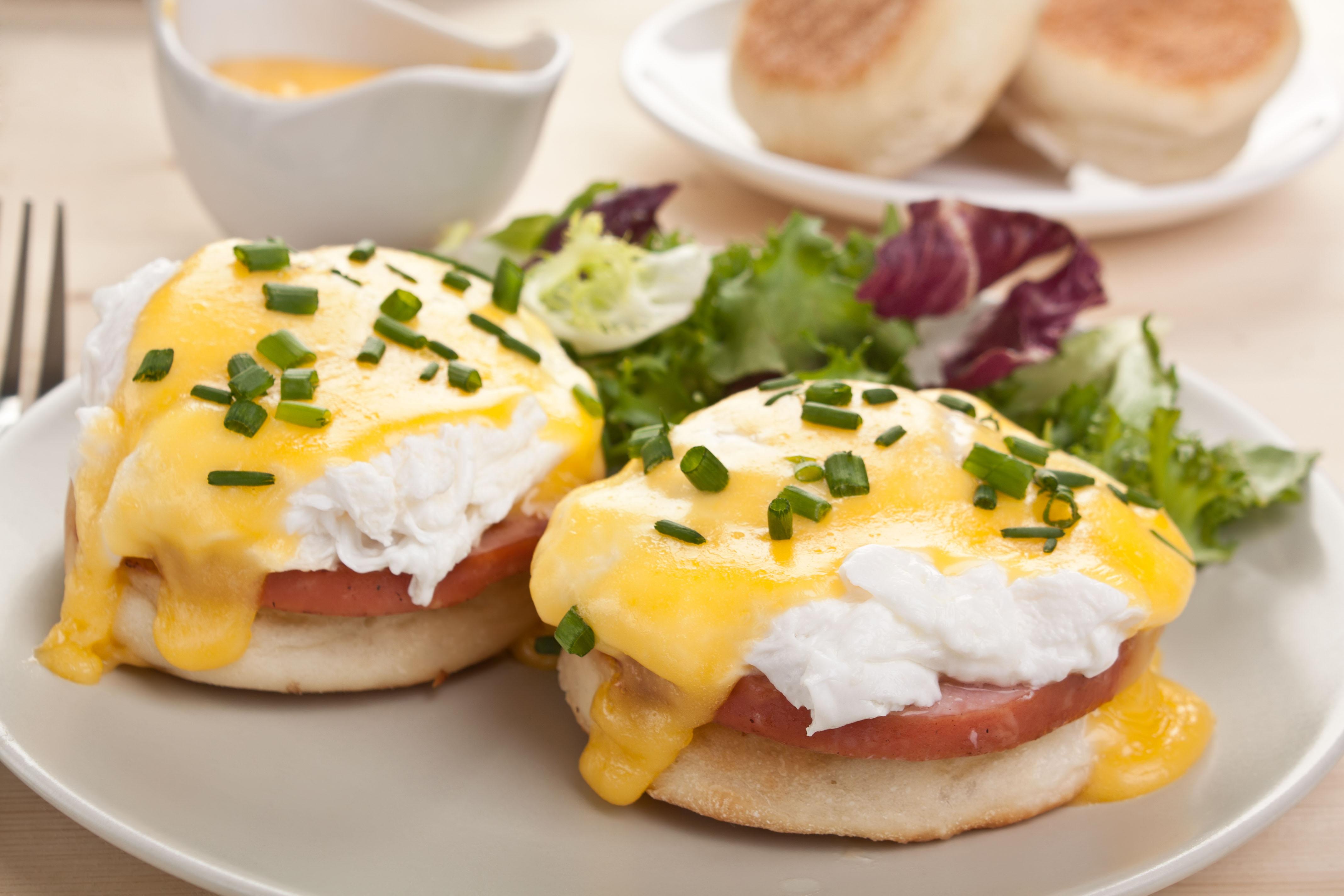 Ovos Benedict é nutritivo e refinado! Surpreenda o paladar na próxima refeição! / GB Imagem