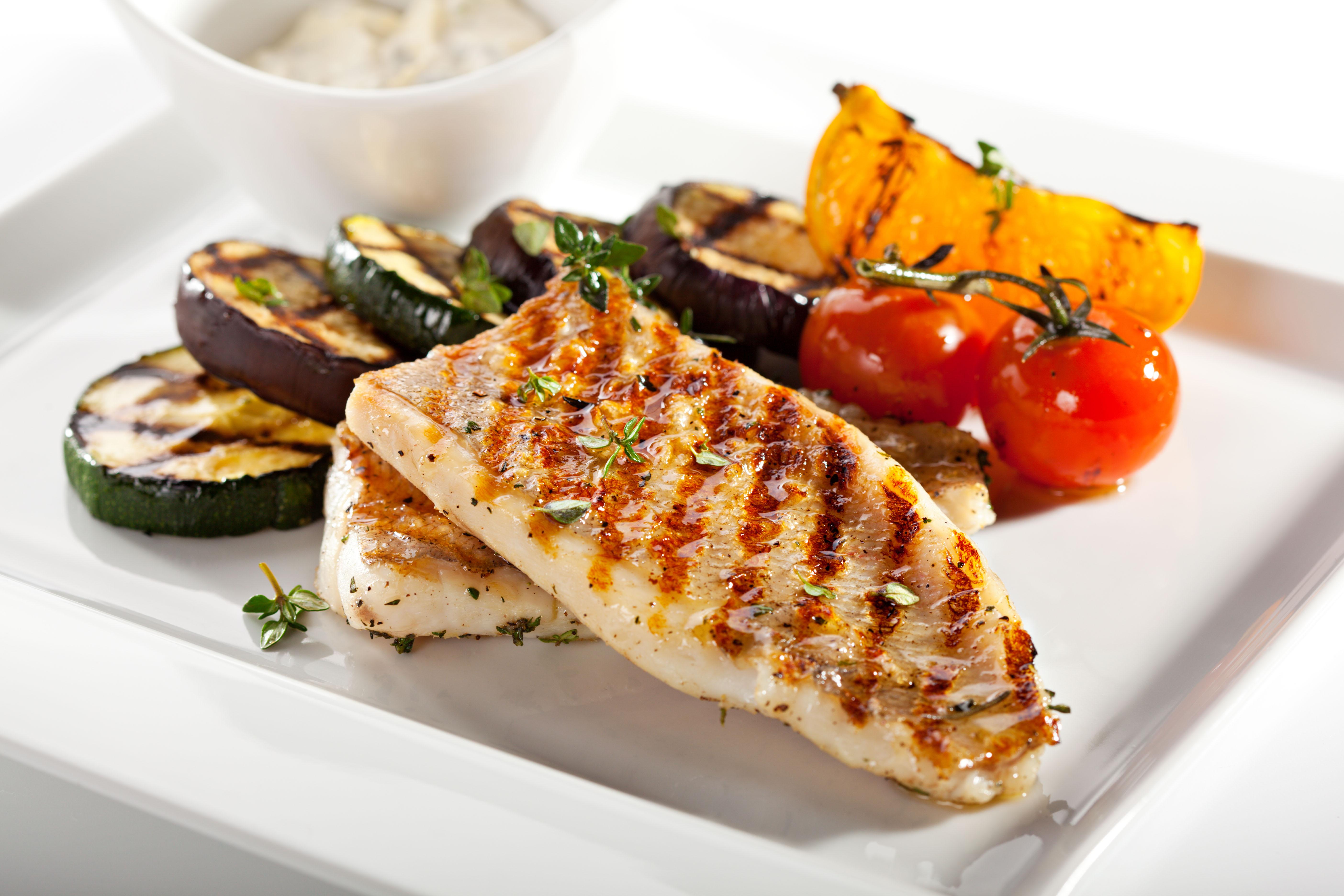 Peixe Grelhado Com Legumes é um prato leve e de preparo simples. Vai muito bem no dia a dia / GB Imagem