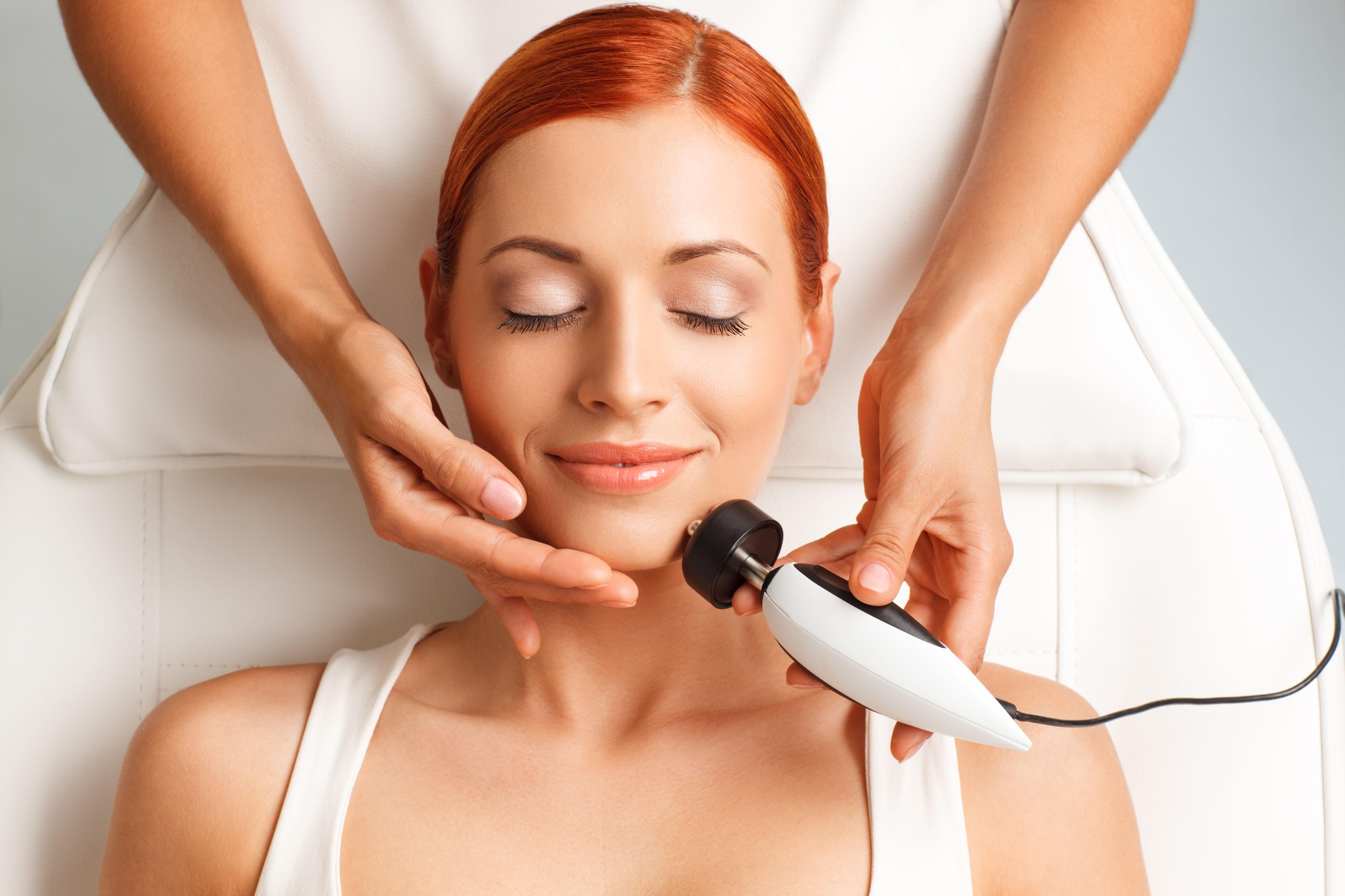 Estimulando a produção das fibras de colágeno, a radiofrequência pode definir o contorno do rosto e dar maior firmeza e sustentação à pele / GB Imagem