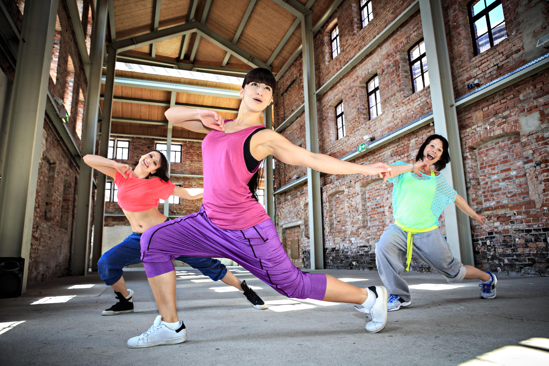 A zumba é uma modalidade de dança que mistura ritmos latinos e promove tonificação muscular principalmente dos membros inferiores / GB Imagem