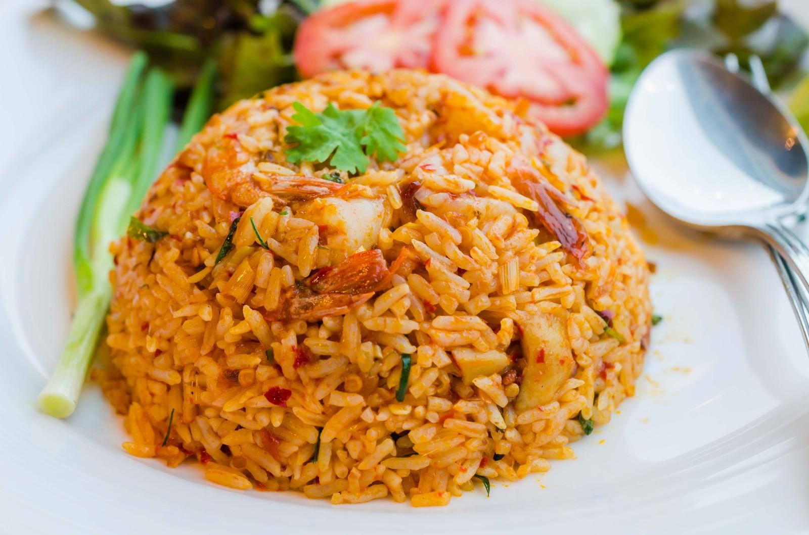 Quer um arroz diferente? Então prepare Nasi Goreng! Típico da Indonésia, o sabor é único! / GB Imagem