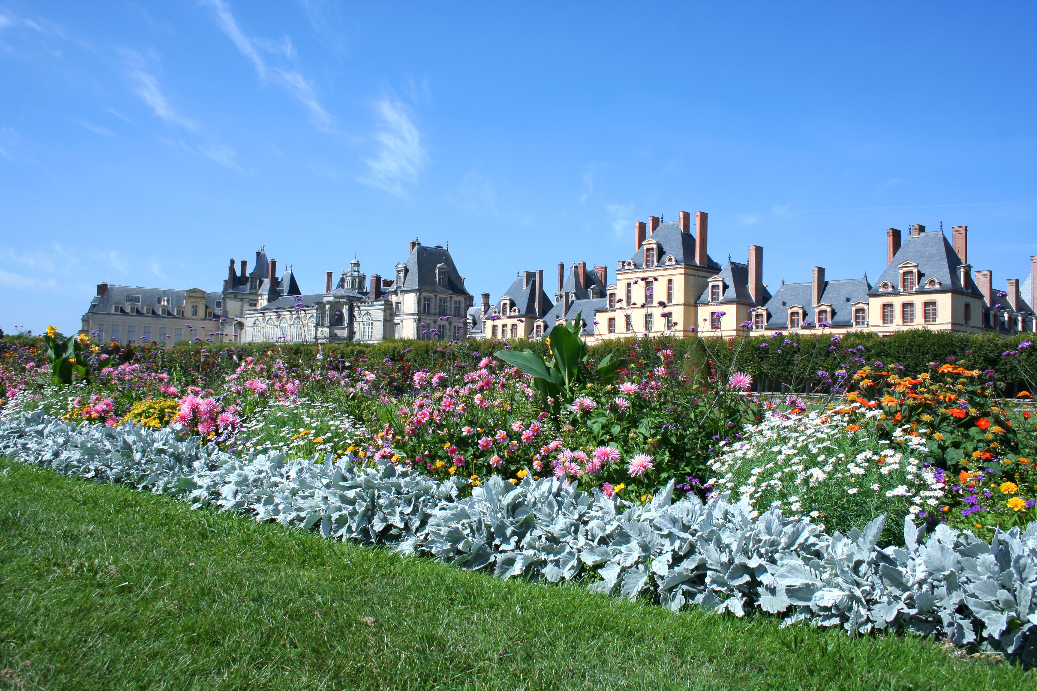 A magnitude do Castelo de Fontainebleau está justamente no conjunto de prédios aparentemente interligados sem nenhum planejamento, somados aos inigualáveis jardins e lagos / GB Imagem