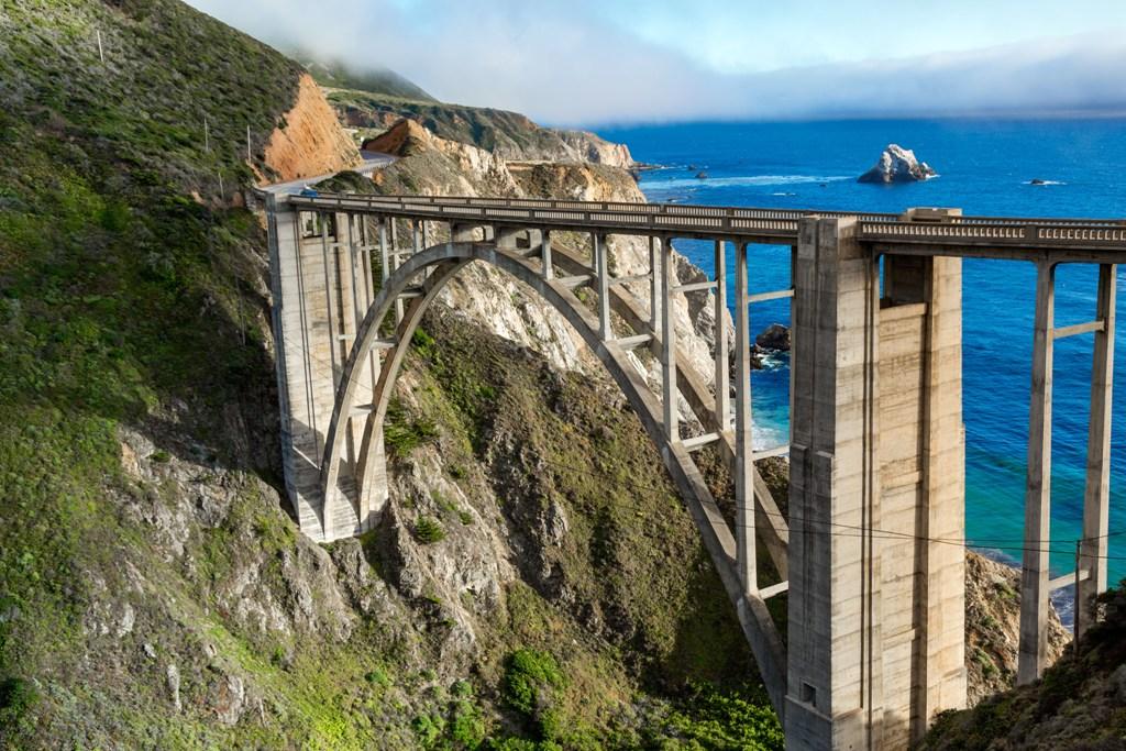 Califórnia é possível fazer os clássicos roteiros como uma viagem deslumbrante pela rodovia Highway 1, que liga San Francisco a San Diego, tendo como cenários paisagens de tirar o fôlego / GB Imagem