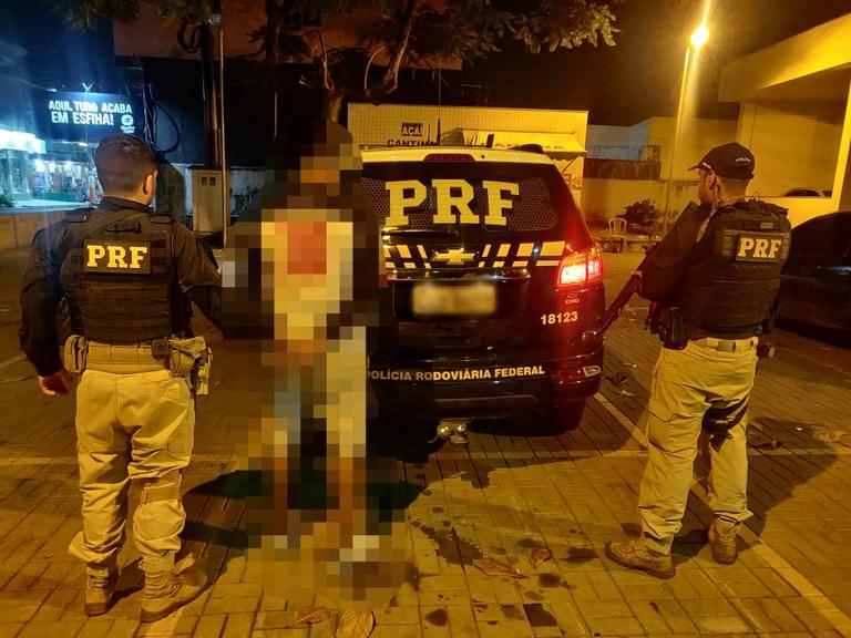 Os três mandados foram cumpridos em menos de uma hora. Criminosos são acusados de tráfico de drogas, homicídio, roubo e violência doméstica