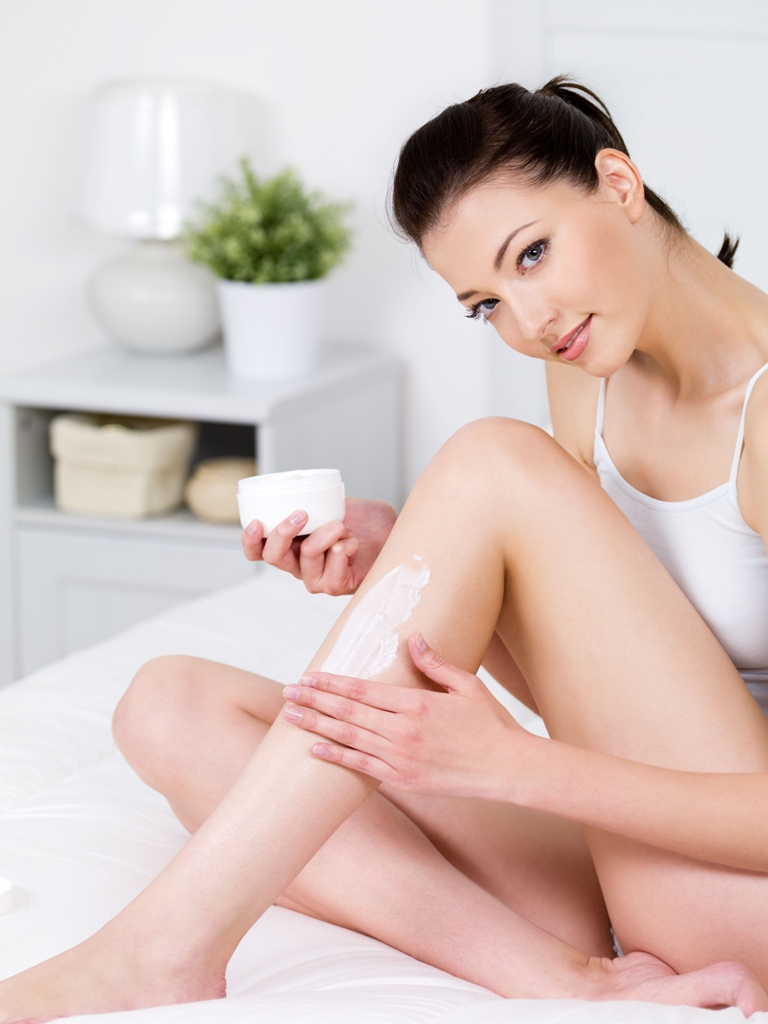 É comum a pele do corpo apresentar asperezas causadas pelos efeitos das baixas temperaturas e também pelo uso de água muito quente durante o banho. Hidratar a pele é a palavra de ordem! / GB Imagem