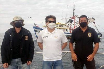 Procurador Leandro Mitidieri (de branco) participa da operação contra pesca ilegal. Crédito: MPF